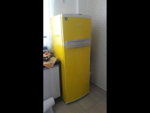 geladeira-envelopamento-amarelo-paidosadesivoscuritiba