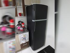 geladeira-preta-envelopamento-paidosadesivoscuritiba