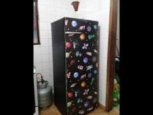 geladeira-preta-espaco-universo